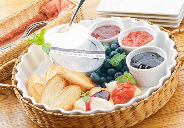 フレッシュクリームチーズとアボカドのクロスティーニ